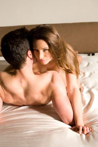 """Ruh sağlığı ve aile sağlığı açısından bakıldığında faydalarını sıralamak gerekirse;  18. Aile bütünlüğünü ve devamlılığını destekliyor:  Evliliklerde dönem dönem oluşan bazı tartışmalar sonucunda oluşan gerginlikler sex ile çözülüp halledilebiliyor. Bu şekilde düzenli sex, adeta bir """"meditasyon veya terapi yapmak"""" gibi aile bütünlüğünün sağlıklı bir şekilde devamlılığı için vazgeçilmez unsurlardandır.     19. Kendi limitlerinizi aşmanız için bir yerde """"bahane"""" oluyor:   Evet, cinsel ilişki sırasında kendinizi en doğal halinizle; mutlu, agresif, tutkulu ve heyecanlı bir şekilde ortaya koymanız, gün içindeki tüm monotonluklardan kurtararak bir yerde """"sizin siz gibi davranmanızı"""" sağlıyor.  20. Kendinize güveninizi arttırıyor:  Sevdiğiniz eşinizi fiziksel ve duygusal doyuma ulaştırmanız sizi de mutlu ederek kendinize olan güveninizi arttırıyor. Bu şekilde kişilerin kendilerini daha çok sevmelerine imkan tanıyor."""