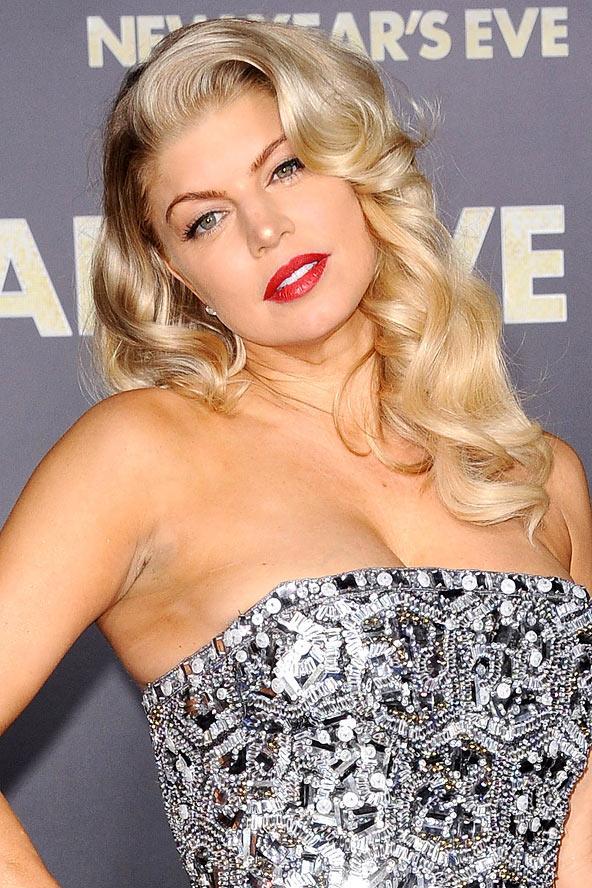 Fergie'yi bu saçları nedeniyle yeni kırmızı halı stil ikonumuz ilan ediyoruz. Yandan ayrılmış iri dalgalı saçları gece gezmelerinde mutlaka denemesi gereken bir model.