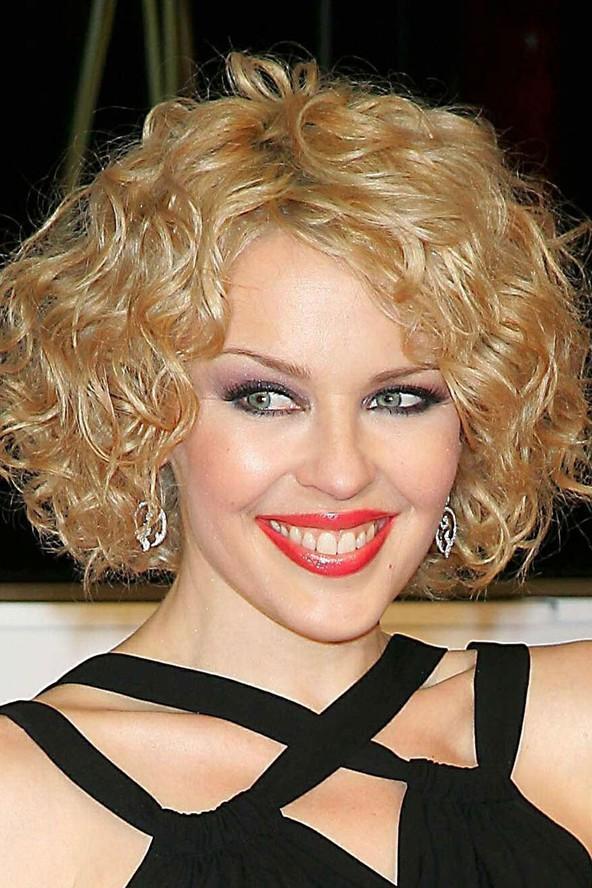 Kylie Minoque'un yüz şekline dalgalı saç çok yakışıyor.
