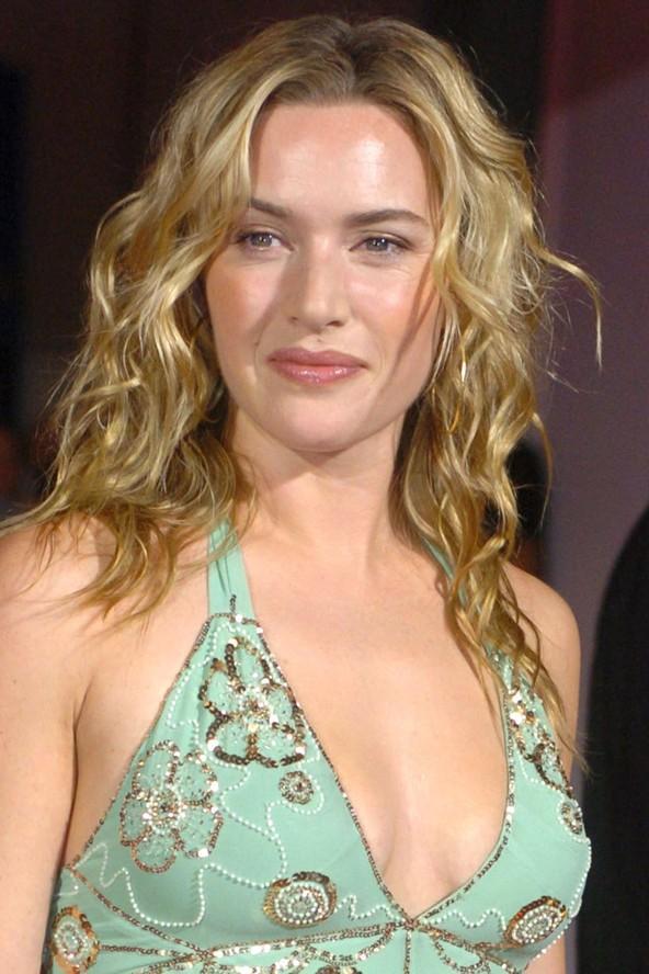 Kate Winslett dalgalı saçları sayesinde çok daha genç görünüyor.
