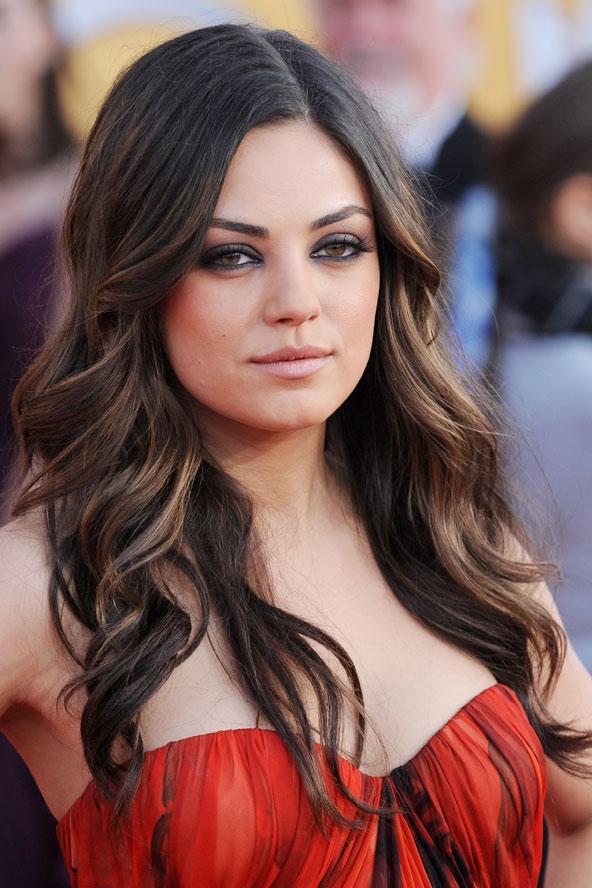 Mila Kunis kırmızı halıda özenle yapılmış iri dalgalı saçları ile göründüğünde herkesin gözlerini kamaştırmıştı.