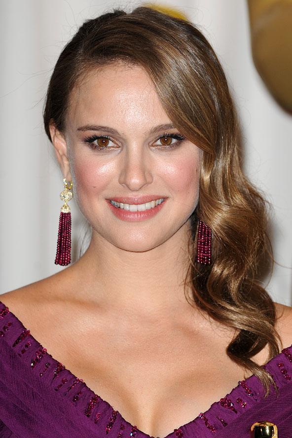 Natalie Portman her zaman zarif ama dalgalar onu daha zarif ve çekici yapıyor.