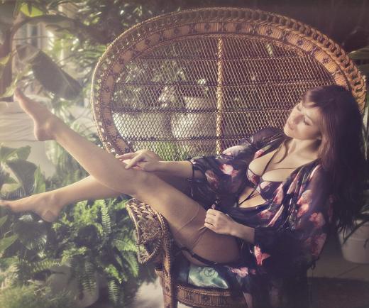 İç giyim markası Agent Provocateur, yeni kampanyasında 70'lere damga vuran erotik film serisi 'Emmanuelle'den esinlendi.