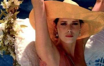 Belki hiçbir zaman Hollywood'un ünlü kırmızı halısında yürüyen en ünlü yıldızlardan olmladı. Ama o kaç kuşağın zihninde dünyanın en ünlü sinema yıldızı...   O ilerleyen yaşına rağmen erotik sinemanın kraliçesi... İşte 1970'li yıllarda rol aldığı Emmaunelle serisiyle ün kazanan Sylvia Kristel'ın öyküsü..