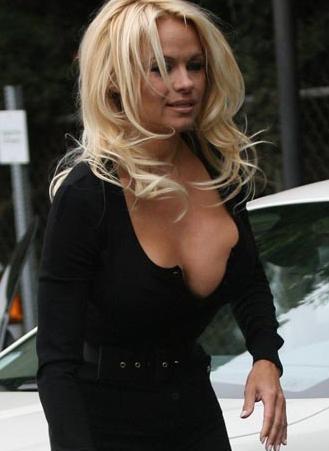 Pamela Anderson göğsünün doğal olmayan görüntüsünü saklamaya bile gerek görmüyor.