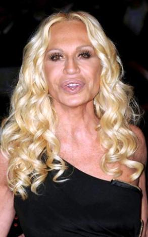 Bu ünlüyü görünce kim olduğunu hemen söyleyebiliyorsunuz. Donatella Versace.