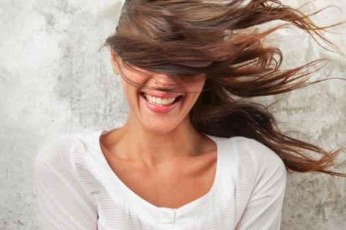 Saçları canlandırıyor  Dökülen saçlarınızın yeniden çıkmasına yardımcı olabilmek amacıyla başınıza yaklaşık 0 derecede hazırlanmış buz torbası ya da özel hazırlanmış bir kasket yerleştirebilirsiniz. Uzmanlar, soğuğun etkisiyle birlikte, saç derisinde bulunan kan damarlarının büzüldüğünü ve saç köklerinin canlandığını anlatıyor.