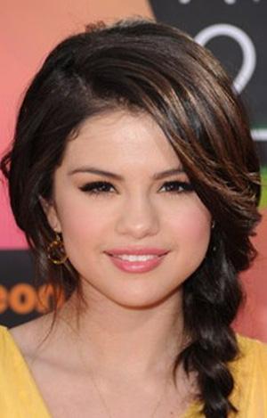 Selena Gomez  Son dönemin en gözde genç yıldızlarından olan Gomez'in annesi İtalyan asıllı babası ise Meksikalı.