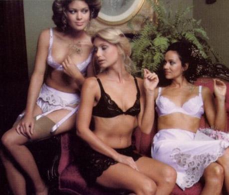 """Başlangıçta orta halli kadınlara yönelik iddiasız tasarımlar satıyordu. Ama sonra kusursuz görünüşlü mankenler seçerek firmanın adını """"sükseli erotizmle"""" birleştirdi."""