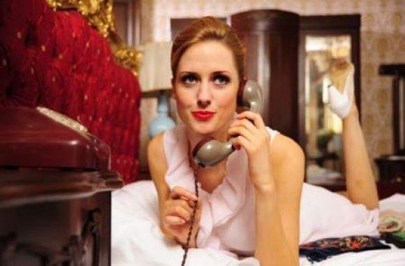 """Setten eve geldiğinde yorgunluğunu kitap okuyarak ve DVD izleyerek atıyor. Mor kanepesine yayıldığında da ayak ucuna ilişen kedisi Jazz eşlik ediyor ona... Audrey Hepburn'ün """"Tiffany'de Kahvaltı"""" filmini defalarca izlemek de hoşuna gidiyor. Hele de karın lapa lapa yağdığı böyle bir İstanbul kış gününde... """"Ya da İstiklal'de kalabalığın arasına karışıp yürümek de çok güzel olur"""" diyor gülümseyerek Wilma Elles...  Kaynak: Hürriyet"""