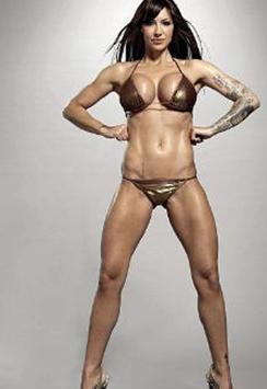 Ama gerçek bu değil. İngiliz manken ve oyuncu Jodie Marsh, çok değil bir kaç yıl önce sürekli estetik operasyonlarla çekici hale getirmeye çalıştığı vücuduyla dikkat çekerdi.   Ama sonra bir karar verdi ve bambaşka biri oldu.