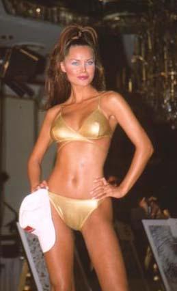 Şallı o dönemde mayo ve bikini defilelerinin vazgeçilmezlerinden biriydi.