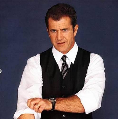 Zack Sinclair Mel Gibson'a mektuplar yazıyor, sanatçının evine girmeye çalışıyor ve kilisede karşısına çıkıyordu.