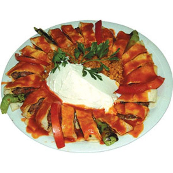 Beyti Kebap  4 kişilik  Gerekli malzeme 400 gr kuzu kıyması 4-5 diş ezilmiş sarımsak 1/4 demet ince kıyılmış maydonoz Kırmızı pul biber, karabiber, kırmızı toz biber, tuz İnce lavaş Şiş  Domatesli sos için; 1 su bardağı domates püresi 2 yemek kaşığı ayçiçek yağı Tuz, karabiber, pul biber, maydonoz  Hazırlanışı  Kuzu kıymasını sarımsakları,maydonuzu. tuzu ve baharatları derin bir kapta yoğurun. Üzerini streç film ile kapatıp buzdolabında 1-2 saat dinlendirin. Elinizi ayçiçek yağı ile yağlayın veya su ile ıslatın. Etten, cevizden biraz daha büyük bezeler koparın. Şişe elinizle şekil vererek dizin. ızgarada veya önceden ısıttığınız fırının ızgara ayarında 180 derecede kızarıncaya kadar pişirin.   Beytileri lavaşa sarın. Dilimleyerek servis tabağına alın. Servis tabağının ortasına bulgur pilavını ve yoğurdu alın. Sos için gerekli malzemeleri sos tenceresine ekleyip 4-5 dakika pişirin. Hazırladığınız beytilerin üzerine gezdirip servis yapın.