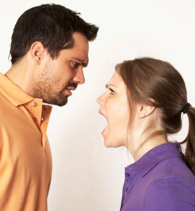 9-Erkeğe özensiz davranmak:  Her erkek ve elbette her insan beğenilmek, adam yerine konulmak, önemsenmek ister. Kendine saygı duyulmasını bekler. Partnerinin sadece davranışlarına değil kendine bakmasını, özen göstermesini de ister. Akşam partnerinin güzel kıyafetlerle kendini karşılamasını, güzel kokmasını, küçük sürprizler hazırlamasını hayal eder. Kadının bu şekilde erkeğe özenli davranması kendine ve ilişkisine verdiği değerin bir göstergesidir.