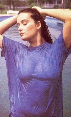 Bikinisiyle denizden kameralara doğru koştuğu kolonya reklamı ile de Türkiye'nin popüler kültür hafızasında unutulmaz bir yer edindi.