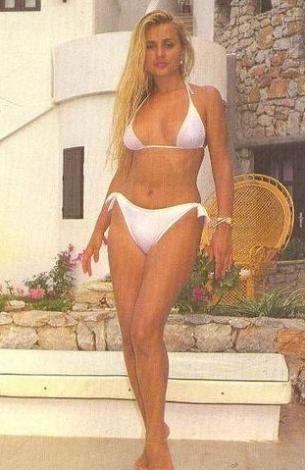 """Banu Alkan   1958 yılında eski Yugoslavya'da Dubrovnik'te doğdu. Gerçek adı Hırvatça """"Yaban Gülü"""" anlamına gelen Remka Rebroyna olan Banu Alkan'ın, marangoz bir babanın beşinci çocuğu olarak dünyaya geldi."""