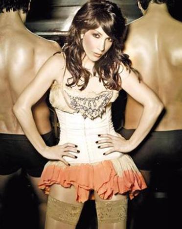 O KADIN ÇİRKİN VE BODUR BEN GÜZELİM   Elektronik müzikten pop müziğe dönüş yapan Hande Yener, yabancı ünlülere benzetilmekten sıkılmış olacak ki yaptığı açıklamayla sınırlar ötesi bir polemiğe imza attı.