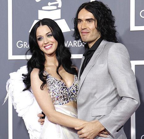 Amerikalı ünlü pop yıldızı Katy Perry ile 14 ay süren evlilikleri sona eren İngiliz komedyen Russell Brand karısının benzeriyle aşk yaşıyor.