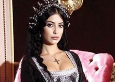 Muhteşem Yüzyıl dizisine katılan Yalova'nın seyirciyi bu kadar etkilemesinin öncelikli sebebi Türkan Şoray'ın gençliğine kopyası kadar benzemesiydi..
