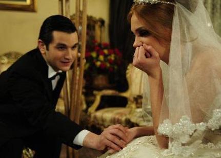 Serhat Osman Karagöz Öyle Bir Geçer Zaman ki'de ağabeyi Soner'in uğruna sevdiği kızdan bile vazgeçdiği Murat'ı oynuyor.