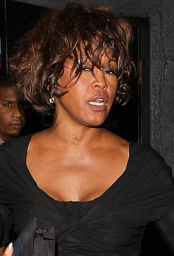 Pop müziğin unutulmaz sesi Whitney Houston'ın son saatlerini geçirdiği otel odası görüntülendi.