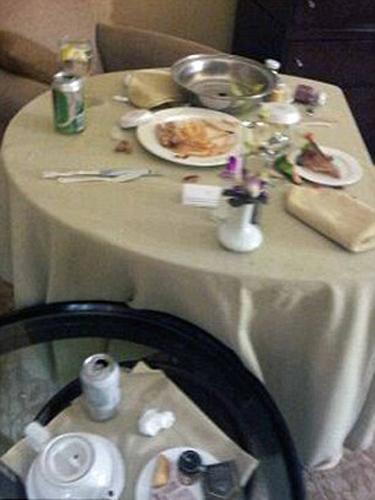 Houston'ın ölümünden kısa bir süre sonra çekilen görüntüler de, ünlü şarkıcının son yemeği ve içtiği içkiler görüldü.  Şarkıcının son yemeğinde hamburger, patates kızartması ve hindili sandviç söylediği ortaya çıktı.