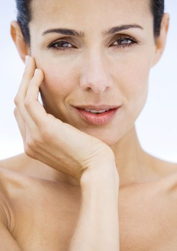 IAL'in kullanım alanları nelerdir?   IAL Sistem; 20 yaşından itibaren tüm cilt tiplerine uygulanabilir. Hiçbir reaksiyona sebep vermemesi, cildin kendi molekül yapısında olmasından kaynaklanır. Yüzde, boyunda, dekoltede ve ellerde sıklıkla uygulanan, bu bölgelerdeki problemlerin çözülmesinde önemli etkileri olan bir yapısı vardır.  Yaşlanma sürecinin cilt üzerindeki negatif etkilerinden cildi korumak amacıyla da uygulanan IAL; hem önleyici hem de tamamlayıcı  tedavi yöntemidir.  IAL Sistem ACP  (AUTO CROSS LİNKED PROCESS)  farklı üretim teknolojisnden kaynaklanan uzun süreli etki avantajına sahiptir. Yani cilt uzun süre parlaklığını, canlılığını ve genç görünümünü muhafaza eder.