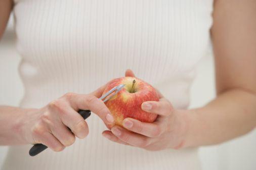 Sebze ve meyvelerde vitamin kaybını önlemek için ne yapmalı?  - Yenilebilen kabukların soyulmaması, soyulması gerekiyorsa ince soyulması gerekir. Birçok vitamin ve mineral sebze ve meyvelerin dış yapraklarında bulunur. İç kısımlarında yoğunluk azalır.  -Sebze ve meyvelerin az suda pişirilmesi, yıkarken suda bekletilmemesi  gerekir.  -Sebzeleri pişirmeden hemen önce ve büyük parçalar halinde kesilmesi gerekir.  -Pişirilirken tencerenin kapağının kapalı tutulması gerekir. Eğer çiğ tüketilebilecekse pişirmeden tüketilmesi önerilir.  -Sebzelerin pişme suyunun çorbalara ve yemeklere eklenmesi önerilir.  Ayrıca sebze ve meyvelerin mevsiminde tüketilmesi sağlık açısından çok önemlidir.