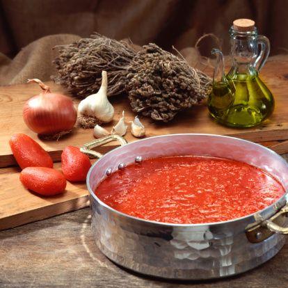 Güçlü bir bağışıklık sistemi için neler yapılmalı?   -Çeşitli sebze ve meyvelerden günde en az 5 porsiyon tüketilmelidir.  -Domates yaz  aylarında her gün mutlaka tüketilmelidir. Hatta yaz domatesleri konserve yapılarak kış aylarında da yemekler, soslar vb. tüketilebilir.  -Brokoli, karnabahar vb sebzeler yemek olarak tüketilebildiği gibi et yemeklerinin yanına da garnitür olarak kullanılırsa tüketimleri artırılmış olur. Hatta sarımsakla birlikte tüketilerek  iki sebzenin antioksidan etkisinden de faydalanılabilir.  - Nar tüketimi salatalar ve sütlü tatlıların üzerinde kullanılmasıyla arttırılabilir.
