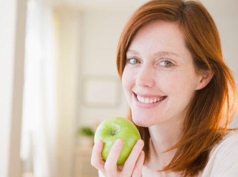 Meyve ve sebzeler, çay, kakao içeriğindeki  flavonoidler kanser gelişimini, ishali, ülser gelişimini engeller ve enfeksiyonlara karşı korur.   Yapılan bir araştırmaya göre elma ekstreleri tümör hücre çoğalmasını engeller.   Soya içeriğindeki fitoöstrojenler özellikle hormon bağımlı olan kanserlerin kontrol ve önlenmesinde rol oynar. Ayrıca kalp hastalıklarının ve kemik erimesinin önlenmesinde de etkisi vardır.