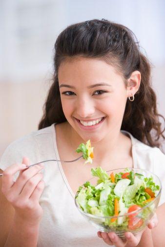 Betakaroten:  Serbest radikallerin tutulmasını sağlar. Yeşil yapraklı sebzeler, kırmızı, turuncu, koyu sarı renkli sebzeler önemli kaynaklarıdır.