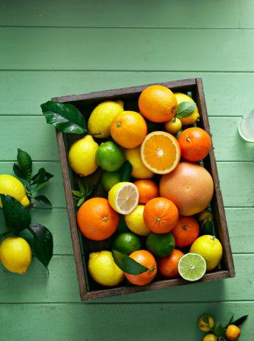 Bağışıklık sisitemini güçlendirmek için hangi sebze ve meyveler tüketilmeli?  İçerdikleri antioksidan maddeler nedeniyle sebze ve meyve tüketimi kansere karşı korunmada oldukça etkin bulunmuştur .  Domates içeriğindeki likopen nedeniyle; prostat, meme, sindirim sistemi, mesane, deri ve serviks kanseri riskini azaltmaktadır.   Turunçgil meyvesinin içeriğindeki karoten nedeniyle  kanser önlemedeki önemi büyüktür.
