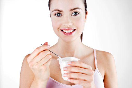 Omega 3 yağ asitleri en önemli kaynağı balıktır; meme ve akciğer kanserini azalttığını gösteren veriler vardır.   Probiyotikler ise hastalık yapan mikroorganizmaların çoğalmasını engeller, bağırsağın düzenli çalışmasına yardımcı olur. Kansere karşı koruyucu etkisi vardır. Yoğurt ve kefirde yoğun olarak bulunur. Bu probiyotik bakteriler besin olarak prebiyotikleri  (pırasa, enginar, patlıcan, soğan ve sarımsakta bulunan karbonhidratları) kullanır. Bu açıdan beraber tüketildiklerinde daha iyi fayda gösterirler.