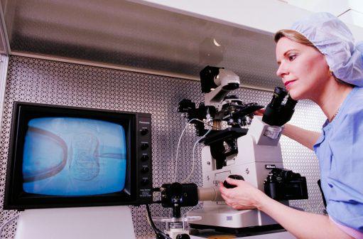 3-Tüp bebek tedavisinde hangi sırayla hangi testler yapılır?  Kısırlık araştırması çiftlere eş zamanlı olarak yapılmalıdır.  Başlangıç aşamasında yapılan temel testler şunlardır:   a. Erkeğe sperm testi,      b.Kadının yumurtlamasının araştırılmasına yönelik kan (hormon) testleri ,        c. Kadının tüplerinin açık ve rahim içerisinin normal olup olmadığının araştırılmasına yönelik testler. Bu amaçla en sık ilaçlı rahim röntgen filmi ( Histero-salpinga-grafi, HSG) çekilmektedir.