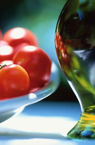 Domates ve zeytinyağı:   Domateste bulunan ve kalp-damar hastalıklarıyla bazı kanser türlerine yakalanma riskini azaltan likopen maddesi, yağda çözülüyor.