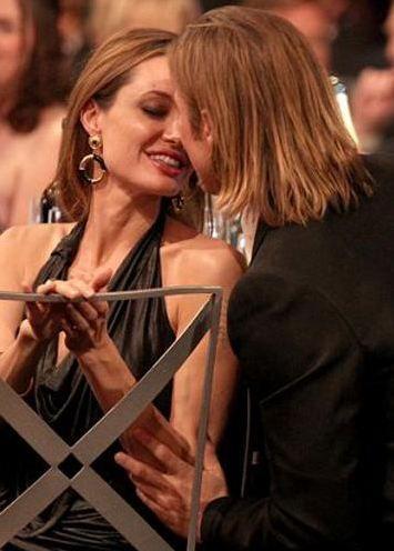 """İşin gösteri kısmınıda unutmuyorlar  Hollywood'un en parlak çifti Angelina Jolie ile Brad Pitt kuşkusuz.   Evlerinde neler yaşıyorlar kimse bilmiyor ama kamuoyunun karşısına çıktıklarında sergiledikleri davranışlar biraz da """"oyunu kuralına göre oynamak"""" olarak nitelendiriliyor kimi zaman."""