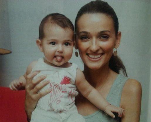 Pınar Tezcan da kızı Derin ile birlikte çektirdiği fotoğrafları takipçileriyle paylaşıyor.