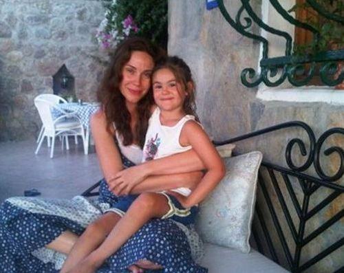 Demet Şener'in Twitter profilinde kızı İrem ile çekilen bu fotoğraf yer alıyor bir süredir.