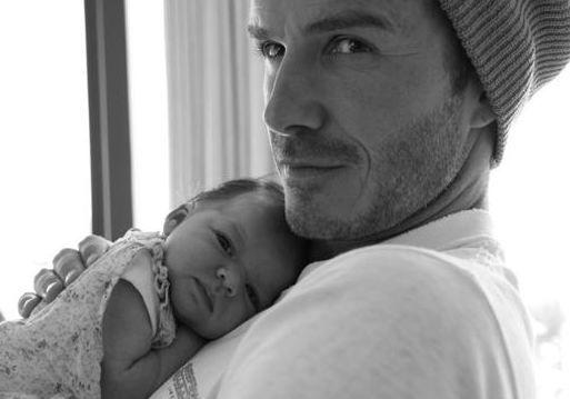 Beckham çifti minik kızları Harper Seven'ın ilk fotoğrafını Twitter'daki takipçileriyle paylaştı.