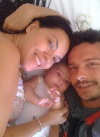 Yeşim Salkım ve Hakan Eratik yeni doğum kızları Ada ile..