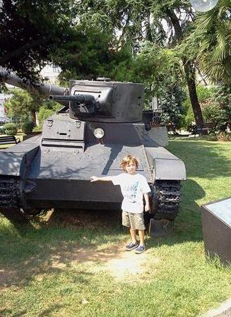 Özgülgün oğluyla birlikte gittiği askeri müze ziyaretini de paylaştı.