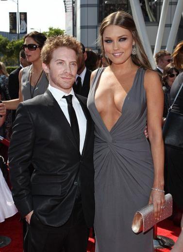 Kırmızı halının en ilginç çifti  Geçtiğimiz gün Los Angeles'ta yapılan Yaratıcı Sanatlar Emmy Ödülleri'ne Seth Green ile eşi Clare Grant damgasını vurdu. İşin ilginci bunun nedeni Green'in bir çok ödül kazanması da değildi.   Green geceden eli boş döndü ama eşiyle birlikte oluşturduğu görüntü nedeniyle gecenin unutulmazları arasına girdi. Orta boylu aktör Green, boyu kendisinden uzun olan ve yüksek topuklu ayakkabı giyen eşinin yanında çocuğu gibi kaldı.