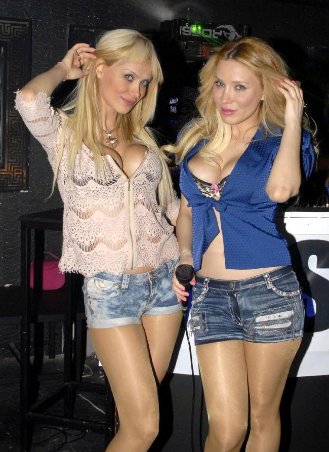 Esra ve Ceyda Ersoy kardeşlerin, Antalya'daki bir eğlence mekanında verdiği frikikler geceye damga vurdu.