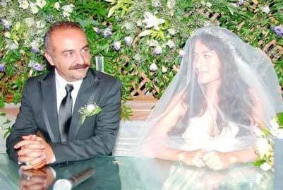 """Şimdi eşi Belçim Bilgin ile evlendiğinde 39 yaşındaydı. Genç yıldız ise Erdoğan'a """"evet"""" dediğinde 23 yaşındaydı."""