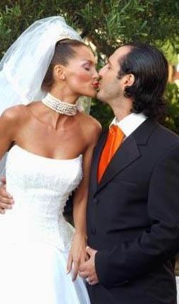 Ebru Şallı ilk eşi Ozan Orhon ile evlendiğinde 19 yaşındaydı. Şimdiki eşi Harun Tan ile evlendiğinde ise 24 yaşındaydı.