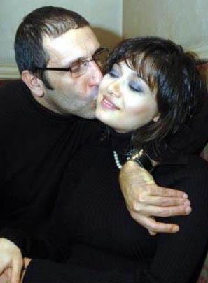 Nurgül Yeşilçay eşi Cem Özer ile evlendiğinde 28 yaşındaydı. Yşilçay 1976, Özen 1959 doğumlu.