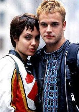 Angelina Jolie, 21 yaşındayken Jonny Lee Miller ile evlendi. İkinci evliliğini ise 25 yaşındayken Billy Bob Thornton ile yaptı.