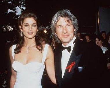 1949 doğumlu Richard Gere ilk evliliğini ünlü manken Cindy Crawford ile 1991 yılında yaptı. Crawford o sırada 25 yaşındaydı.