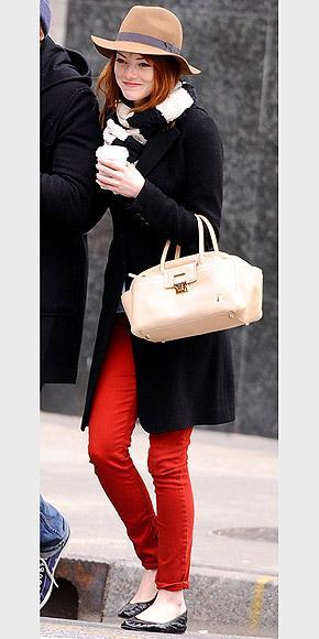 Emma Stone'un vazgeçemediği çantası Lanvin'in kum rengi kısa saplı çantası. Bu çantayı Emma'nın yanında sürekli görebilirsiniz.